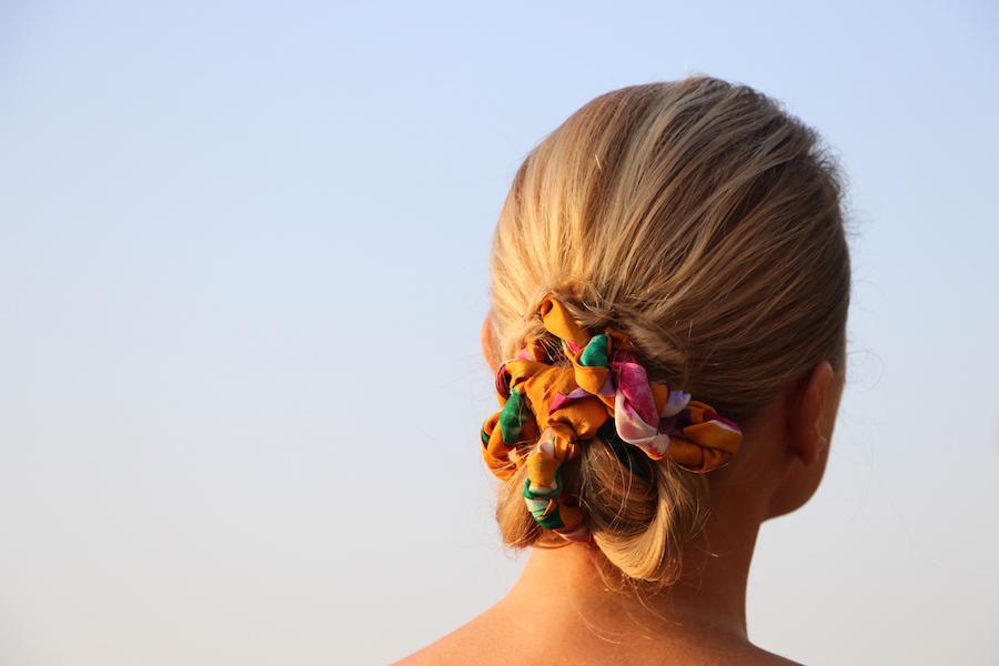 Chignon-basso-con-foulard-attorcigliato